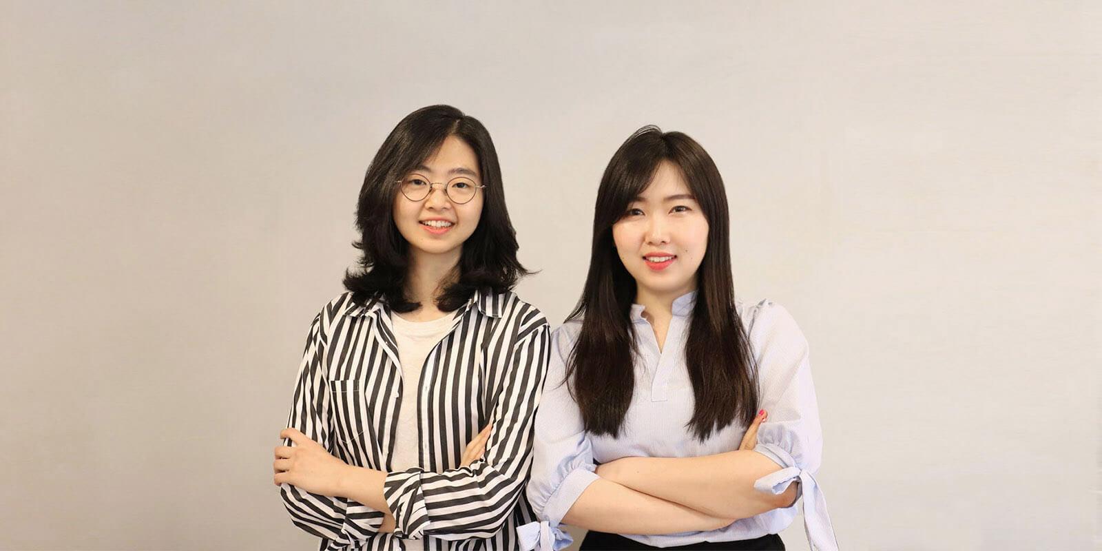 해피문데이 공동창업자 김도진과 부혜은이 각자 팔짱을 끼고 미소 짓고 서있는 사진